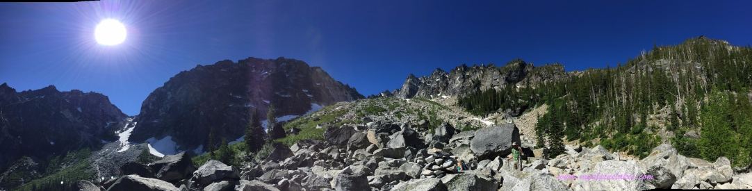 A panoramic view up Aasgard pass and Dragontail peak