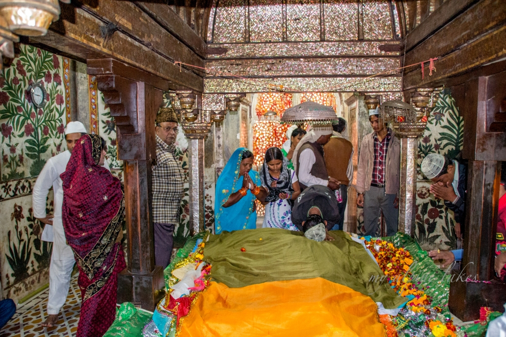 colorful fabric covers the tomb of Salim Chishti