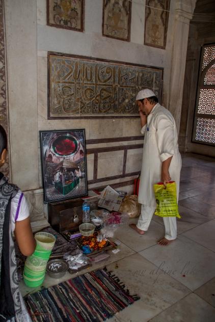 Man paying respect in the Salim Chishti Tomb
